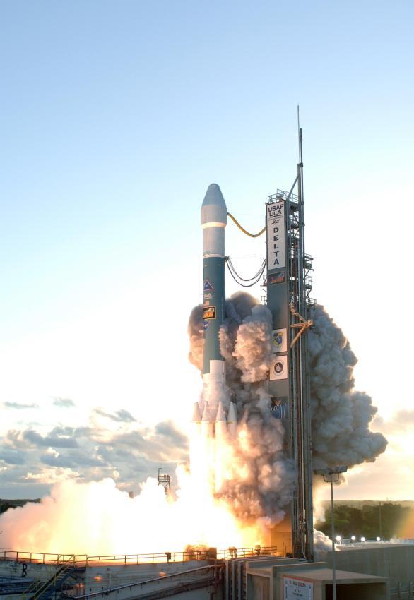 Delta_II_Dawn_liftoff_1